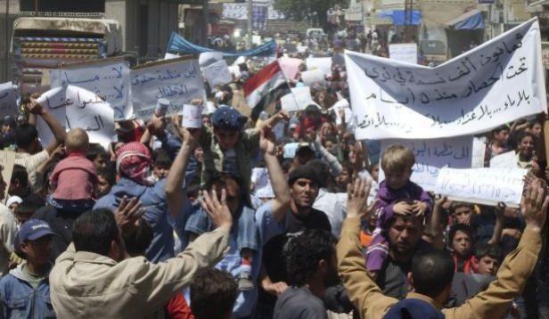 Des manifestants défilent dans les rues de Nawa, près de Deraa, en Syrie.