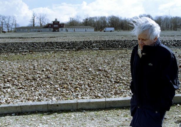 L'écrivain Jorge Semprun, de retour au camp de concentration de Buchenwald, en 1995. REUTERS