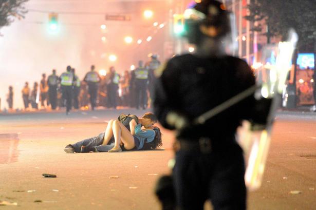 Un couple s'embrasse au milieu des émeutes de Vancouver, le 15 juin 2011 © Rich Lam