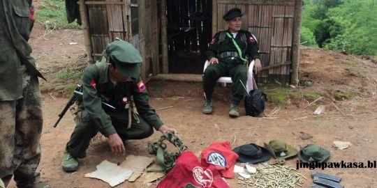 Des soldats de l'ethnie kachin après des combats avec les troupes birmanes en juin 2011