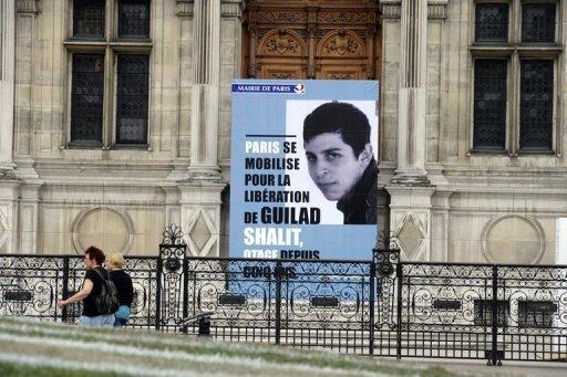 Un portrait de Gilad Shalit installé devant l'Hôtel de Ville de Paris, le 25 juin 2011 © AFP, Miguel Medina