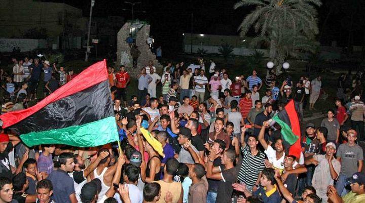 Banlieue de Tripoli, lundi matin. Les rebelles fêtent la prise de contrôle de Tajura, une banlieue de l'est de Tripoli © AFP