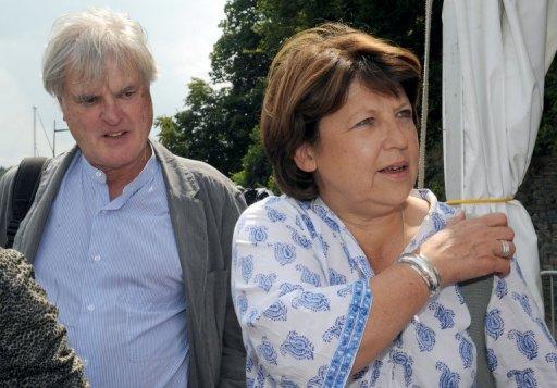 Martine Aubry (D) et son mari Jean-Louis Brochen, le 29 juillet 2011 à Morlaix (AFP/Archives, Fred Tanneau)