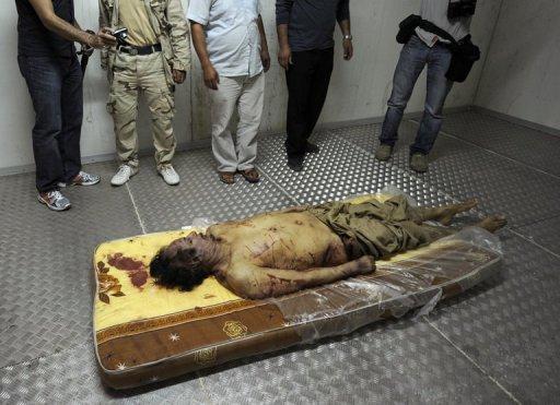 Le cadavre du leader libyen déchu Mouammar Kadhafi, le 21 octobre 2011 à Misrata (DR)