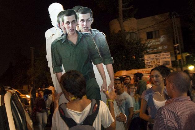 Des manifestants israéliens célébrant l'annonce de la libération du soldat Gilad Shalit à Jérusalem. © Reuters