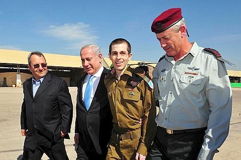 Le ministre de la Défense, Ehoud Barak, le premier minsitre Benjamin Netanyahu et Gilad Shalit le 18 otobre dernier. Crédits photo : Amr Nabil/AP