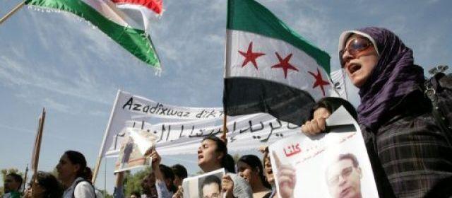 Manifestation suite à l'assassinat d'une figure de l'opposition syrienne, le Kurde Mechaal Tamo, vendredi à Qamichli, dans le nord-est de la Syrie.
