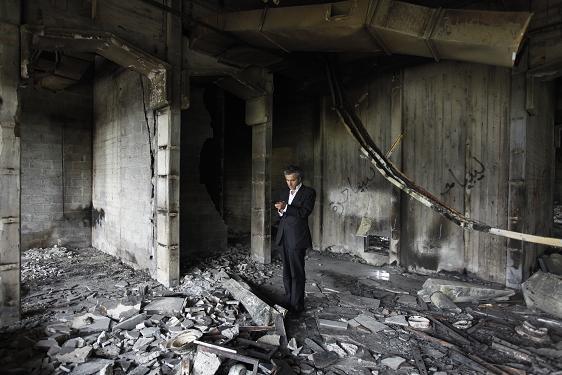 Abords de Benghazi, au milieu des restes incendiés d'un ancien centre de torture. (c) Marc Roussel.