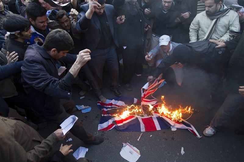 Des bassiidjis brûlent un drapeau britannique