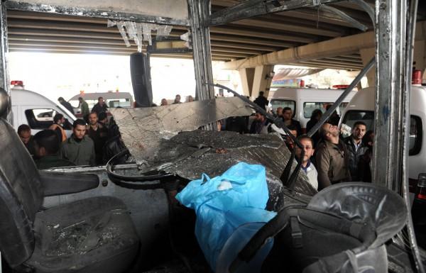 Un bus de la police après l'explosion