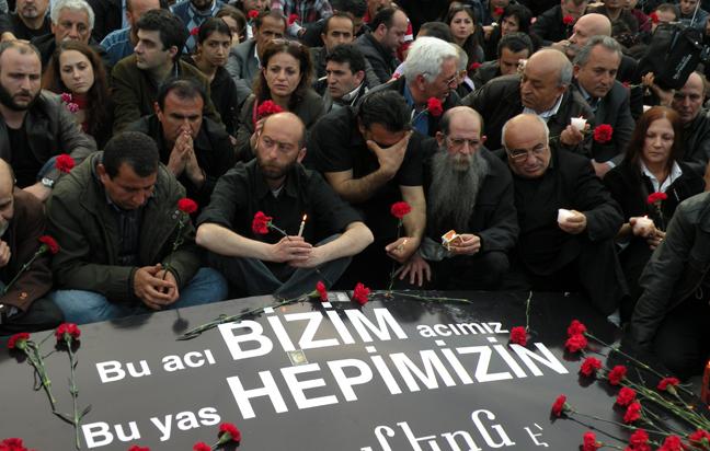 Des Arméniens se recueillent sur la place Taksim © Sarah Lefèvre