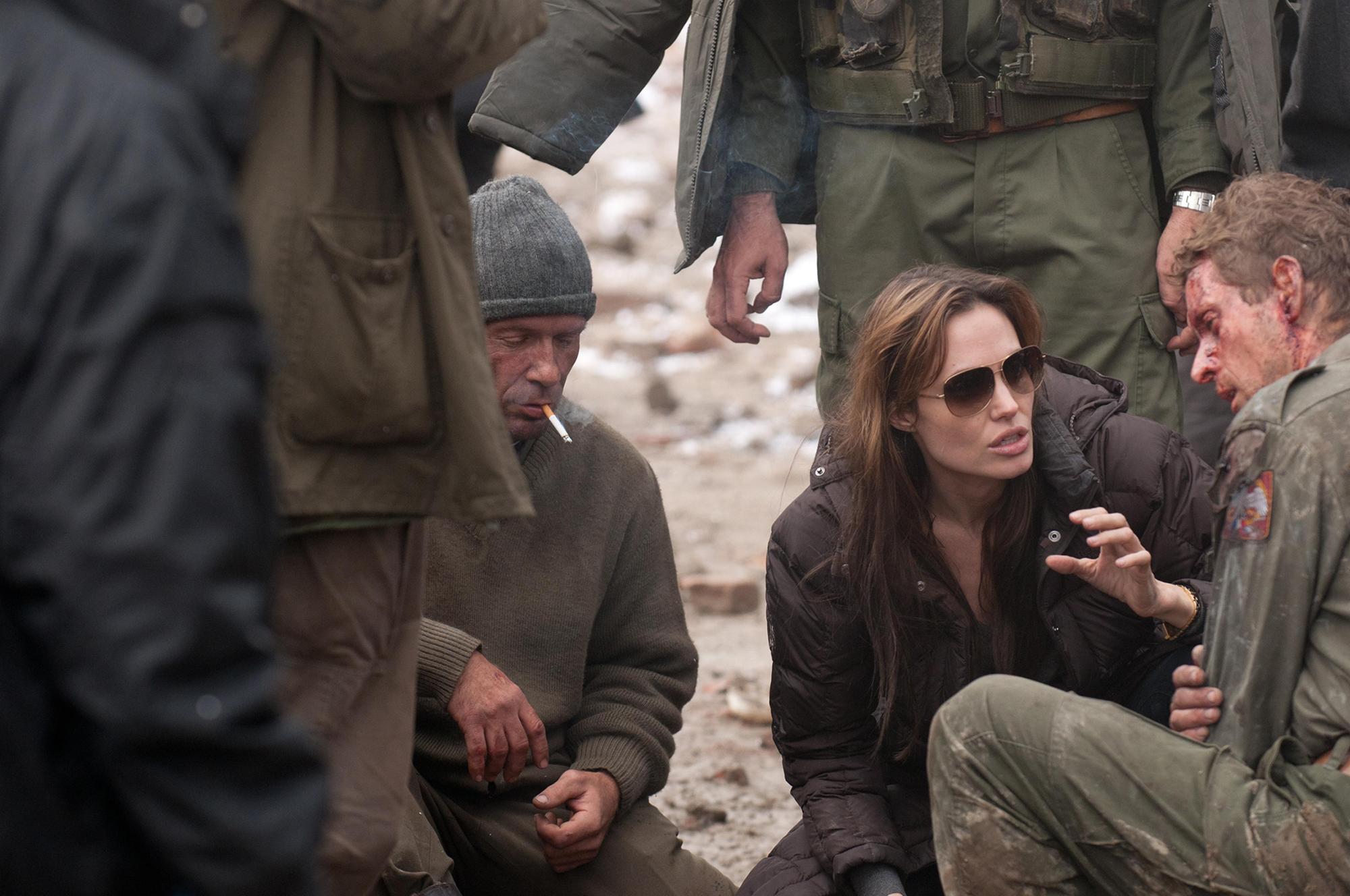 Angelina Jolie et ses comédiens dans Au pays du sang et du miel
