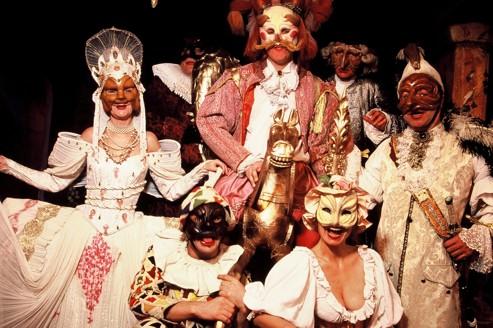 """La troupe de """"Arlequin valet de deux maîtres"""" de Carlo Goldoni, dirigée par Attilio Maggiulli, à La Comédie Italienne"""
