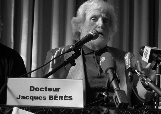 Le docteur Jacques Bérès lors de la conférence de presse du 27 février 2012