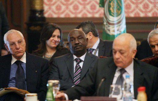 Le général soudanais Mohammed Al-Dabi, au centre, lors de la réunion de la Ligue arabe le 12 février 2012 au Caire