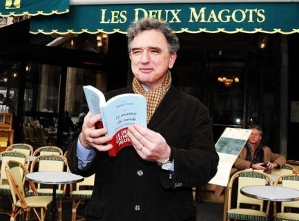 Michel Crépu devant les Deux Magots