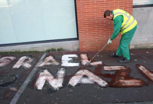 Un agent municipal nettoie un graffiti antisémite à Toulouse, en 2009