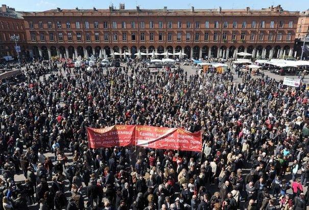 Rassemblement de milliers de personnes sur la place du Capitole, à Toulouse, pour rendre hommage aux victimes de la tuerie, le 23 mars 2012
