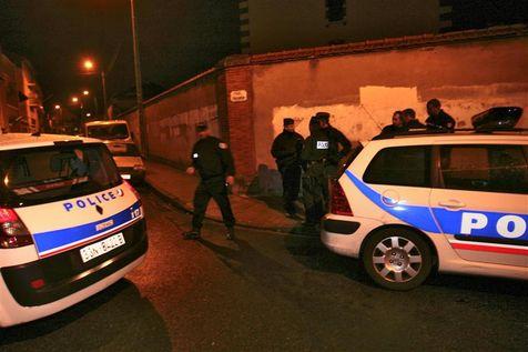 Les forces de police bloquent une rue du quartier de la Côte Pavée, à Toulouse.