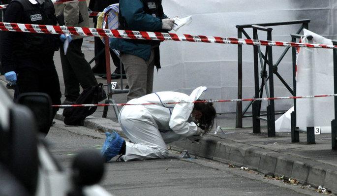 La police scientifique à la recherche d'indices sur les lieux de la tuerie.