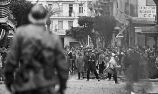 1960. Les partisans de l'Indépendance affrontent les partisans de l'Algérie française dans plusieurs villes d'Algérie