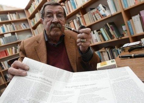 """Günter Grass montre son poème polémique intitulé """"Ce qui doit être dit""""."""