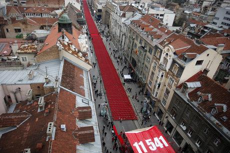 11 541 chaises vides sont alignées le long du boulevard principal de Sarajevo pour les commémorations du vingtième anniversaire du siège de la ville, le 6 avril 2012.