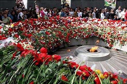 La flamme éternelle, mémorial du génocide arménien à Erevan, sur une colline de Tzitzèrnakabèrd.