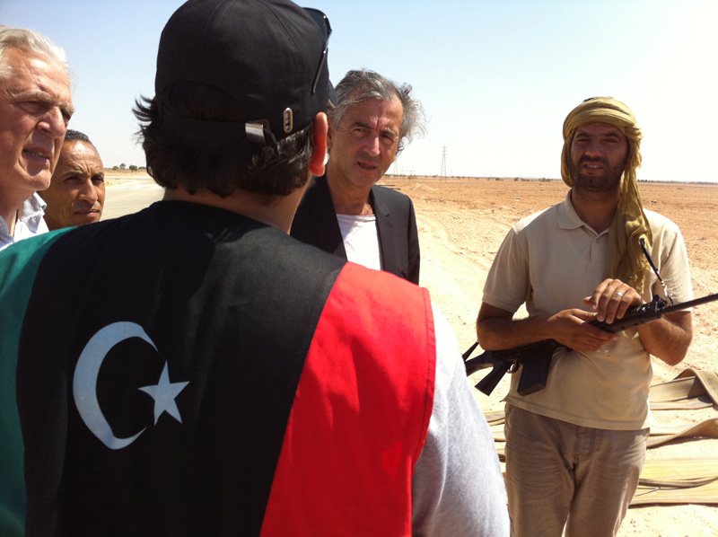 Bernard-Henri Lévy à Benghazi avec des rebelles libyens