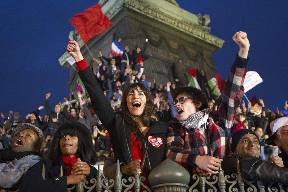 La foule autour de la colonne de la place de la Bastille pour fêter la victoire de François Hollande, le 6 mai 2012