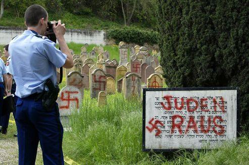 Le cimetière juif d'Herrlisheim, en Alsace, après une profanation en 2004.
