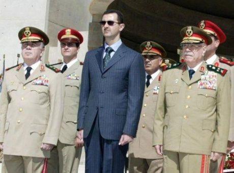 Bachar al-Assad entouré de ses généraux, en 2003.