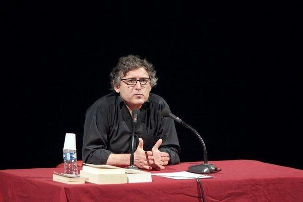 Michel Onfray donnant un cours au théâtre d'Hérouville-Saint Clair