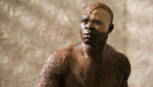 Caliban, interprété par Djimon Hounsou dans l'adaptation cinéma de Julie Taymor, 2010.