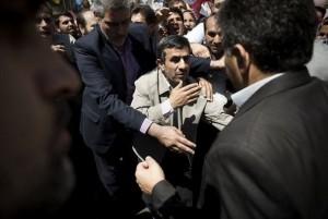 Le président iranien Mahmoud Ahmadinejad est escorté par ses gardes du corps à teheran lors d'un rassemblement anti-israélien et de soutien au peuple palestinien le 17 août 2012