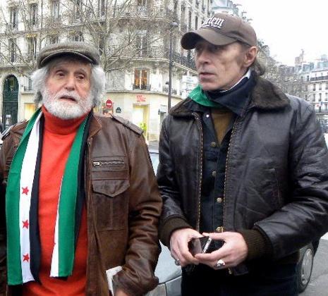 Jacques Bérès et Bernard Schalscha lors du rassemblement hebdomadaire de soutien à la Syrie, juste après le retour du médecin de son premier séjour clandestin à Homs, en février 2012.