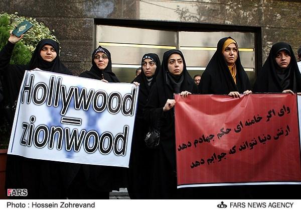 """Manifestations en Iran contre la vidéo """"L'innocence des Musulmans"""". Réalisée en réalité par un copte, la vidéo a été dans un premier temps attribuée à un réalisateur Juif qui aurait été soi-disant financé par 50 mécènes juifs."""