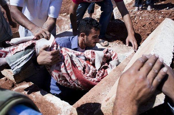 Des Syriens enterrent, le 3 septembre 2012, une jeune fille tuée lors d'un bombardement sur la ville de Alep