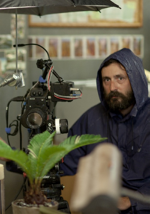 Quentin Dupieux sur le tournage de Wrong.