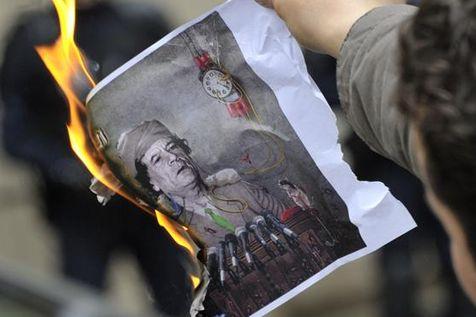 Manifestation anti-Kadhafi devant le consulat libyen à paris en février 2011