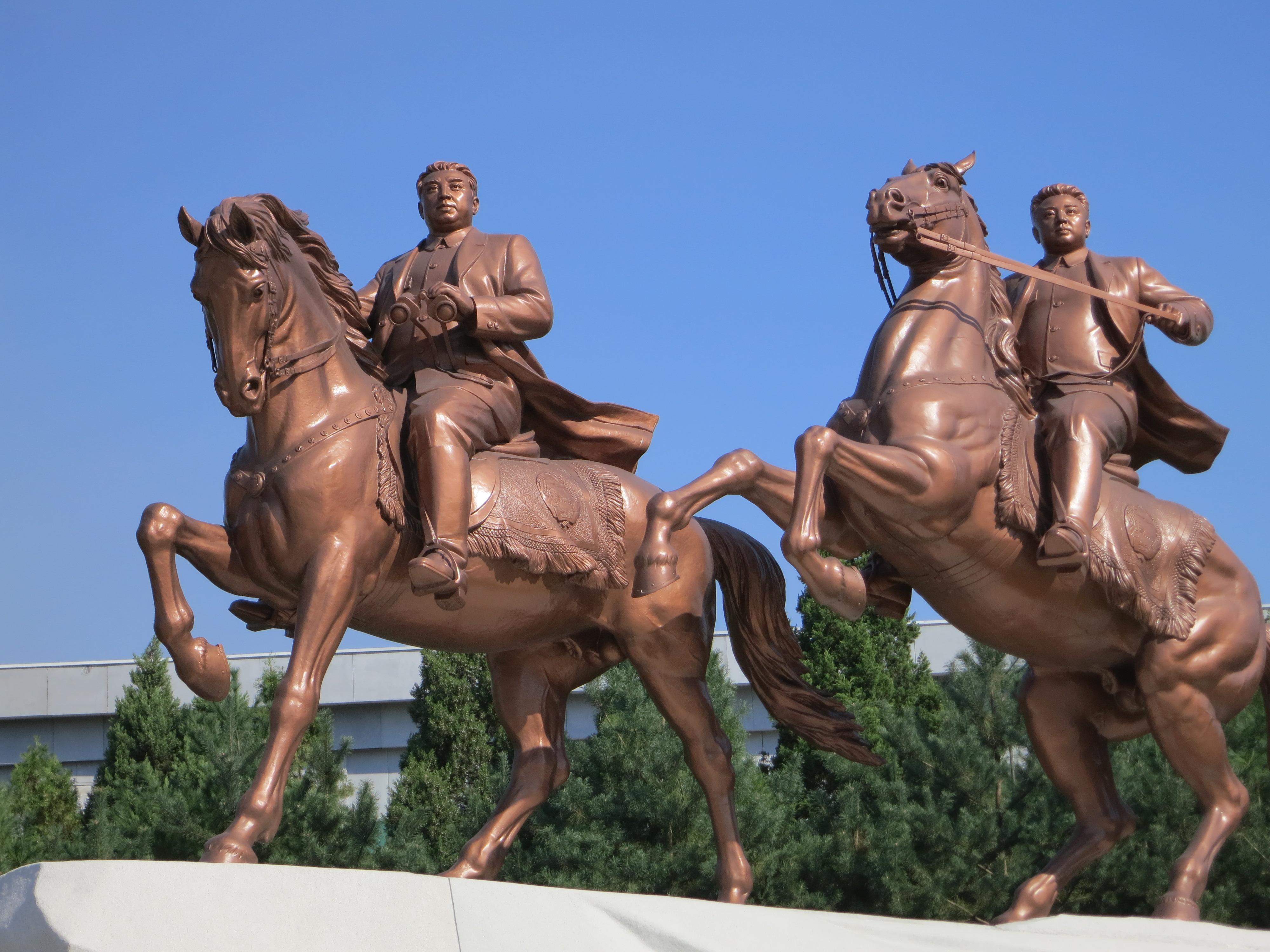 Statue équestre du Grand Leader Kim Il-sung et du Cher Leader Kim Jong-Il à Pyongyang - photo : Olivier Racine