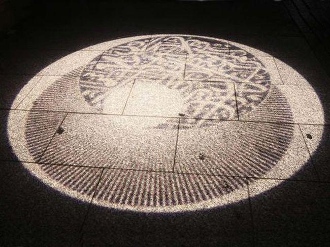 Technologia, l'œuvre de Mounir Fatmi, représentant des versets du Coran sur le sol d'un pont, a fait l'objet d'une censure.