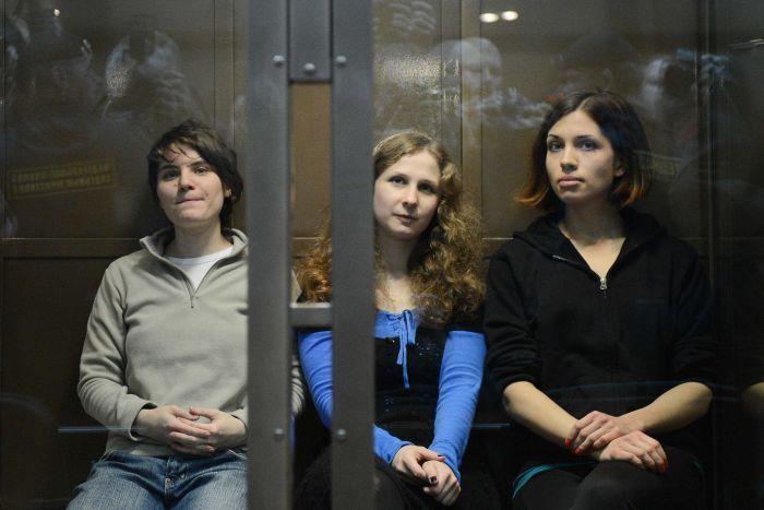 Maria Alekhina, Ekaterina Samoutsevitch, remise en liberté, et Nadejda Tolokonnikova, lors de leur procès en appel à Moscou, le 10 octobre.