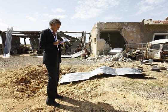 Bernard-Henri Lévy à l'aéroport de Labrak, près d'Al Bayda, en Libye
