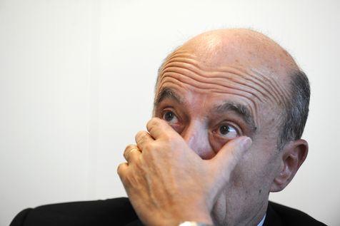 Alain Juppé, qui devait entamer ce dimanche soir un travail de médiation entre les deux adversaires (Jean-François Copé et François Fillon), a annoncé, moins de trois quarts d'heure plus tard, qu'il renonçait. L'UMP est en crise.