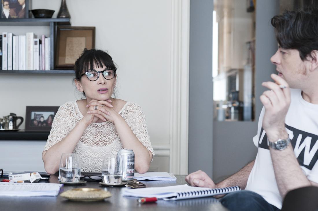 Yamini Lila Kumar et Benjamin Biolay, sur le tournage de Doutes.