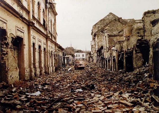Une rue de Vukovar après les bombardements, en 1992