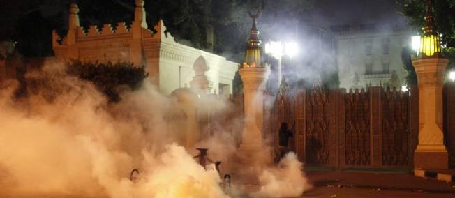 Le 4 décembre, des manifestants assiègent le palais présidentiel en réaction au décret du 22 novembre.