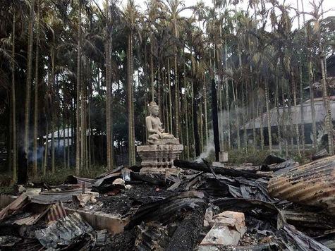Seule une statue du Bouddha a été épargnée par les flammes de l'incendie de l'un des temples bouddhistes à Ramu, le 30 septembre 2012.