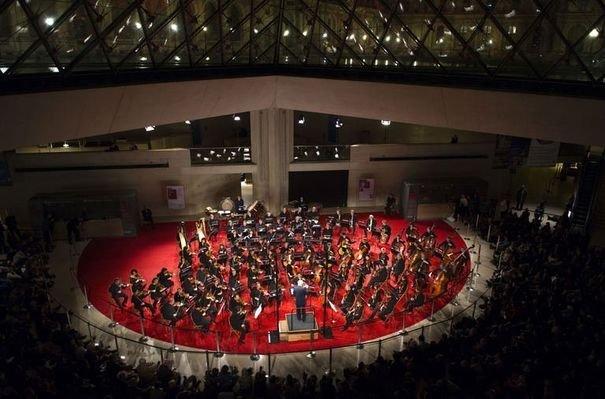 Le 20 décembre 2011, Pierre Boulez dirigeait l'Orchestre de Paris sous la grande Pyramide du Louvre.